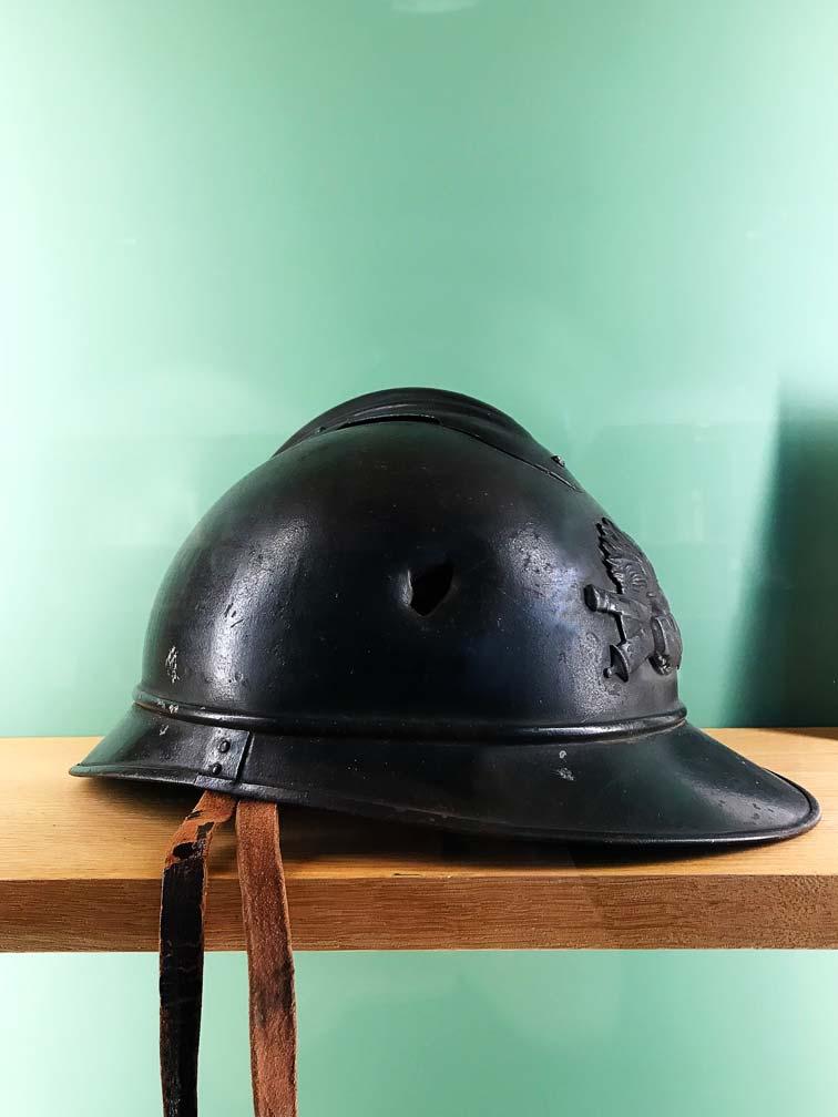 Casque militaire de Guillaume Apollinaire, tôle d'acier laminé vernie, jugulaire de cuir, 1916. © Passéisme.