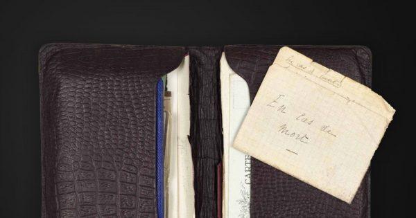 Maurice, René et Pierre Charoy, portefeuille (31 juillet 1914 - 20 juillet 1917) contenant les lettres adressées à leur mère et leurs dernières volontés, trouvé près du corps de Pierre Charoy, Musée de l'Armée. Photo © Paris - Musée de l'Armée, Dist. RMN-Grand Palais/Émilie Cambier