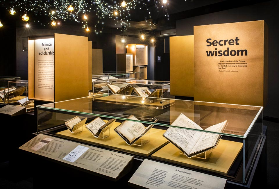 Scénographie de l'exposition Hebrew Manuscripts: Journeys of the Written Word organisée à la British Library. © David Jensen.