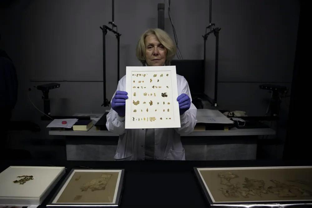 Les archéologues israéliens ont annoncé mardi la découverte de dizaines de nouveaux fragments de manuscrits de la mer Morte portant un texte biblique trouvés dans une grotte du désert et que l'on croyait cachés lors d'une révolte juive contre Rome il y a près de 1900 ans.