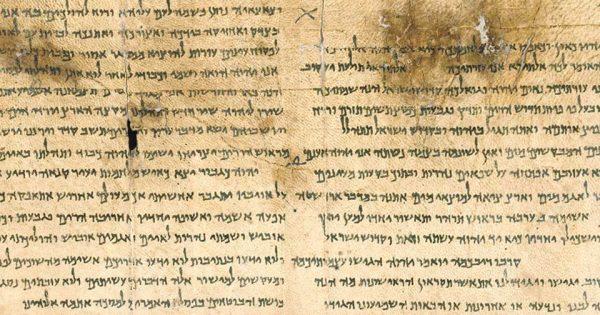Grand rouleau d'Isaïe, le mieux conservé des rouleaux bibliques trouvés à Qumran. Il contient l'intégralité du livre d'Isaïe en hébreu, à l'exception de quelques petites parties endommagées. Celui-ci, authentique, est conservé au Musée d'Israël.