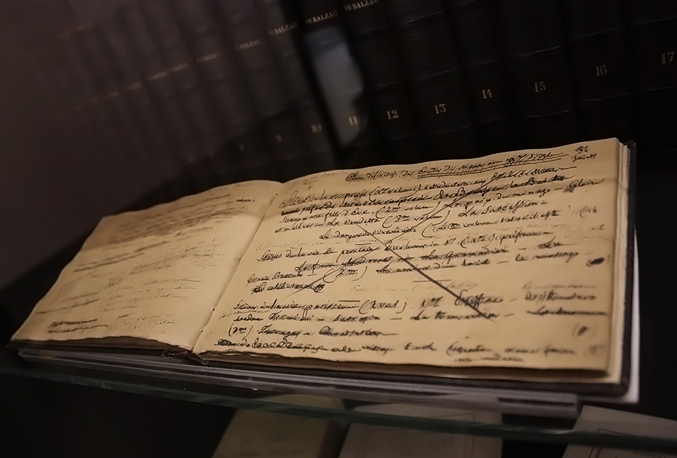 Manuscrit d'Honoré de Balzac. À l'arrière-plan, œuvres complètes de Balzac, 1842-1848. © Noriko Honda.