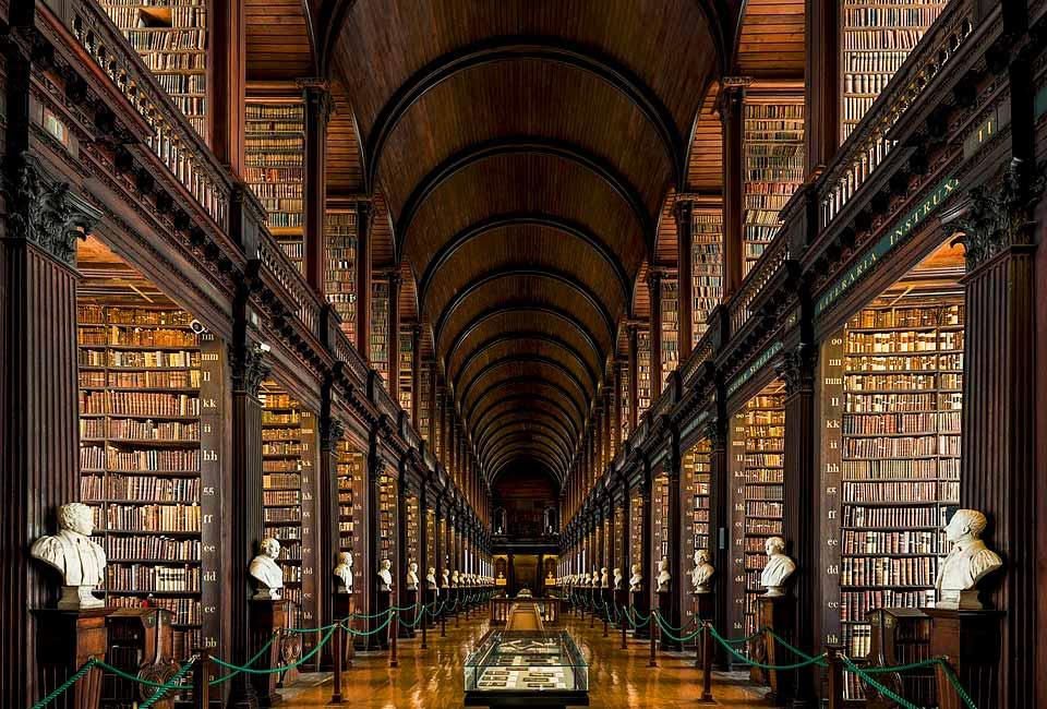 La longue salle de l'ancienne bibliothèque du Trinity College de Dublin. Photographie © Diliff.