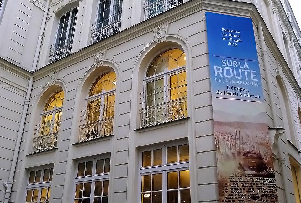 Façade du Musée des Lettres et Manuscrits durant l'exposition temporaire « Sur la route de Jack Kerouac ». © Jason Whittaker.