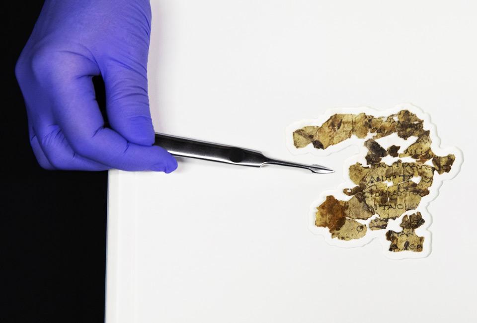 La conservatrice de l'Autorité des antiquités d'Israël, Tanya Bitler, montre des fragments de manuscrits de la mer Morte récemment découverts au laboratoire de conservation des manuscrits de la mer Morte à Jérusalem. © Sebastian Scheiner.