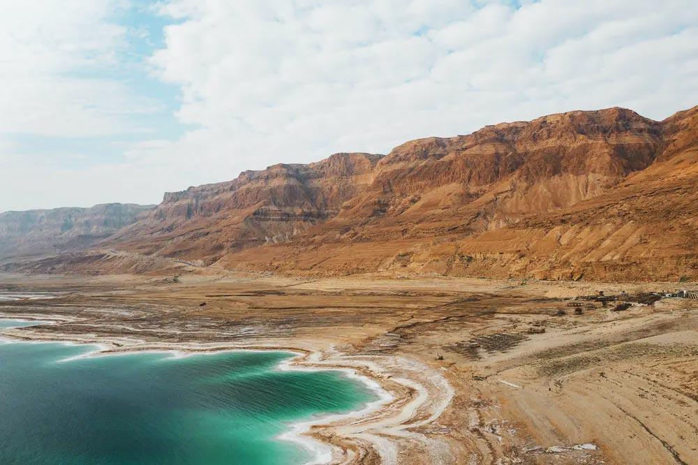 Grottes et falaises près de la mer Morte.