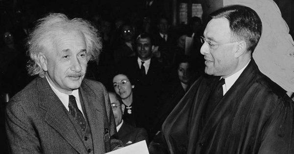 Albert Einstein recevant ses papiers de citoyenneté américaine en 1940.