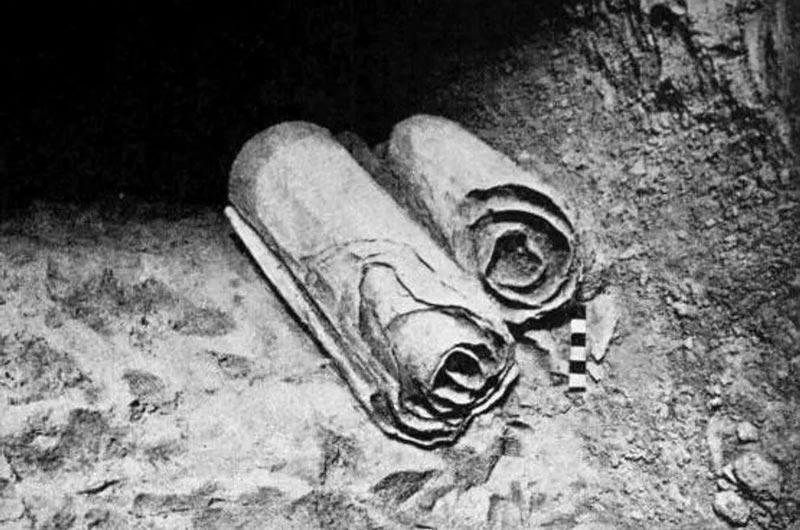 Une photo des manuscrits de la mer Morte découverts dans les années 1940, avant qu'ils ne soient déroulés.