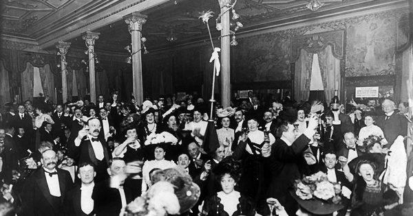 New-yorkais célébrant le nouvel an au Restaurant Martin, 31 décembre 1906. © Montauk Photo Concern.