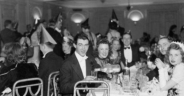 Célébration du Nouvel An, 1940, National Photo Company, Library of Congress Prints and Photographs Division Washington (LC-F8112- 44670 [P&P]).