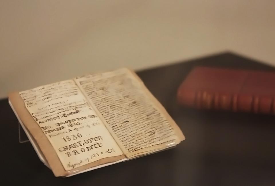 Charlotte Brontë, Young's Men Magazine, manuscrit d'enfance de très petite taille (6 cm sur 3.5 cm) qui évoque la ville imaginaire de Glass Town et de ses soldats de plomb, écrit pour le seul plaisir de sa fratrie. © Noriko Honda.