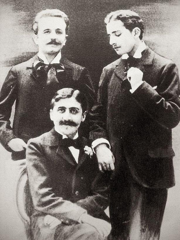Robert de Flers, Marcel Proust (assis) et Lucien Daudet, photographiés par Otto Wegener (1849-1924) vers 1894.