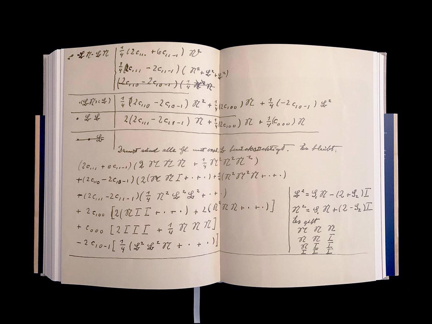 """Albert Einstein, manuscrit mathématique autographe, vers 1940. La quête d'Einstein pour une """"théorie du tout"""". © Passéisme."""
