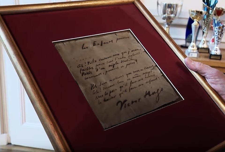 Le cadre contenant le poème manuscrit tenu par Jean-Jacques Fito. © Reportage C.Schulbaum et Denis Colle / France 3 Bourgogne-Franche-Comté.